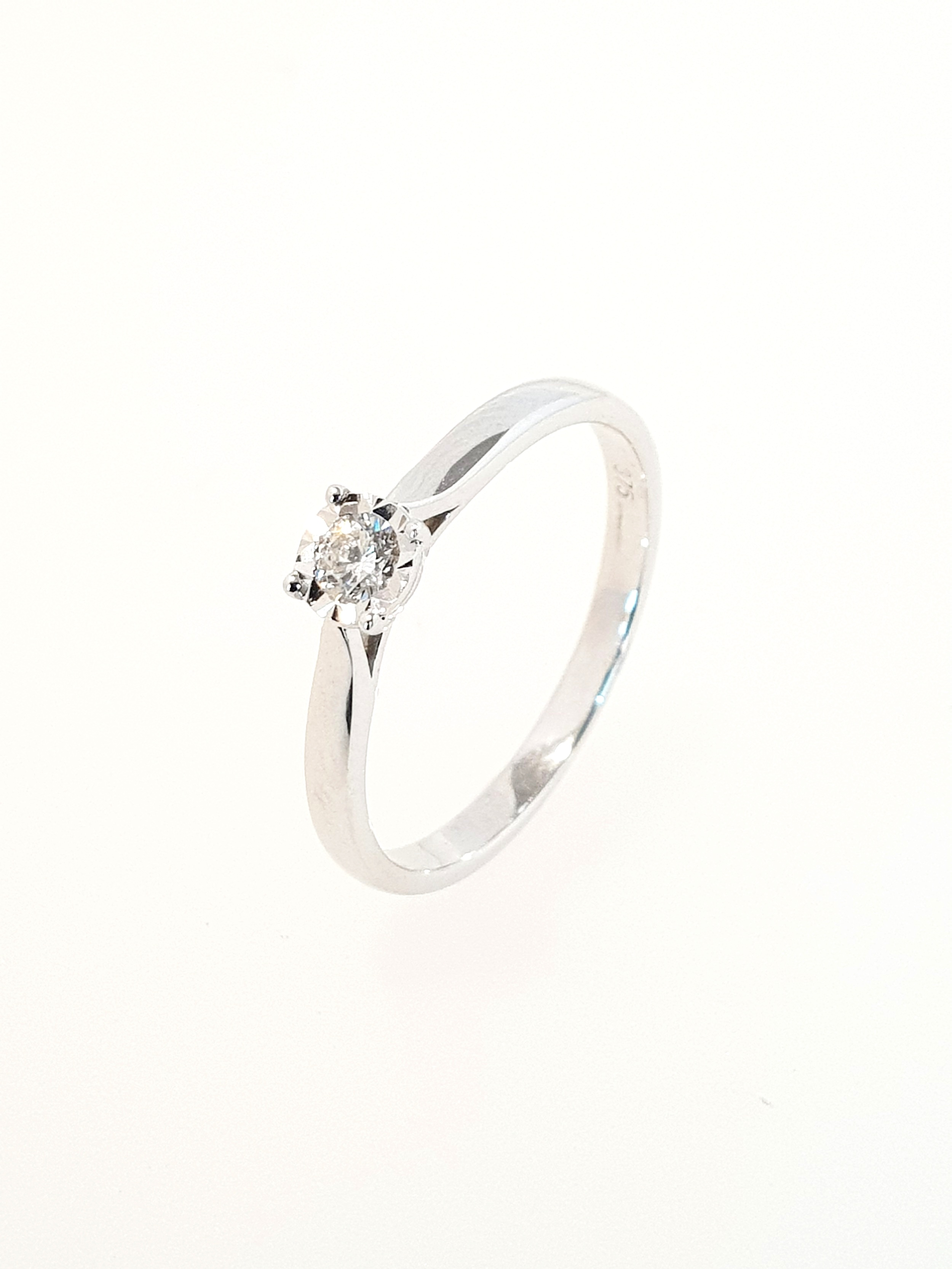 9ct White Gold DIamond Illusion Ring  .05ct  Stock Code: G1955  £400