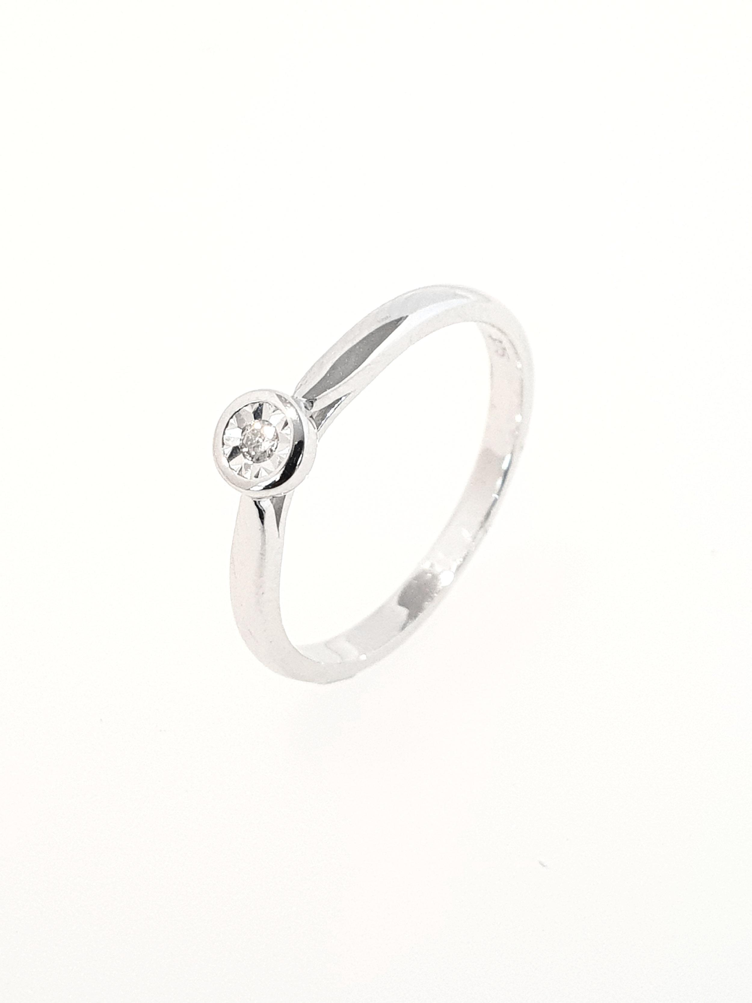 9ct White Gold Diamond Illusion RIng  .04ct  Stock Code: G1959  £300