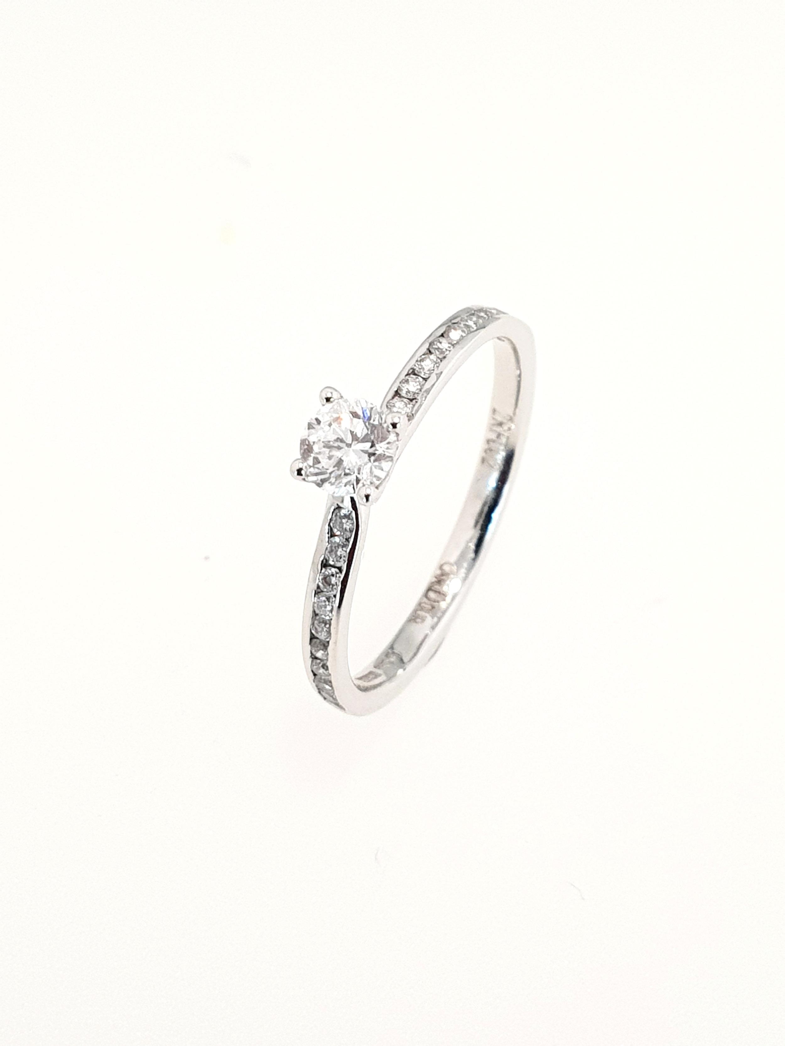 18ct White Gold Diamond Ring  TCW: .40ct, D, VS2 (1 x 25ct, 20 x .15ct)  Stock Code: N8633  £1400