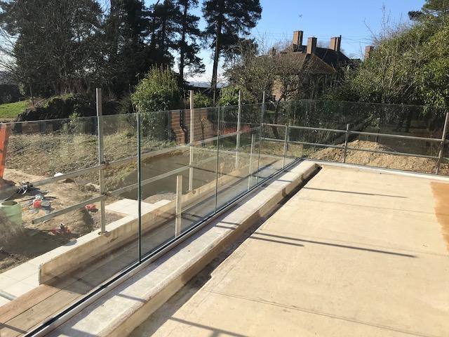 house-building-elenge-plat-colgate-horsham-glass-balcony-installation-640.jpg
