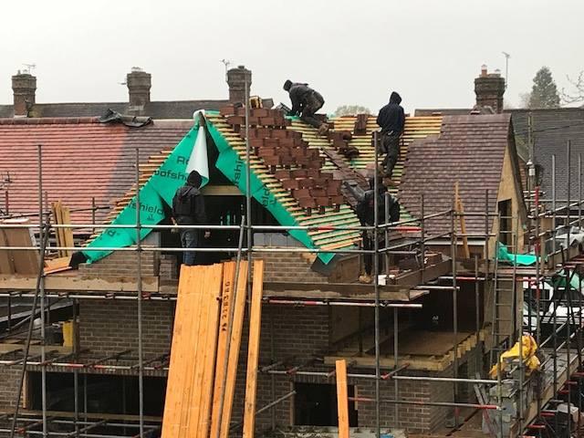 house-building-poppits-ardingly-roof-tiles-going-on-640.jpg
