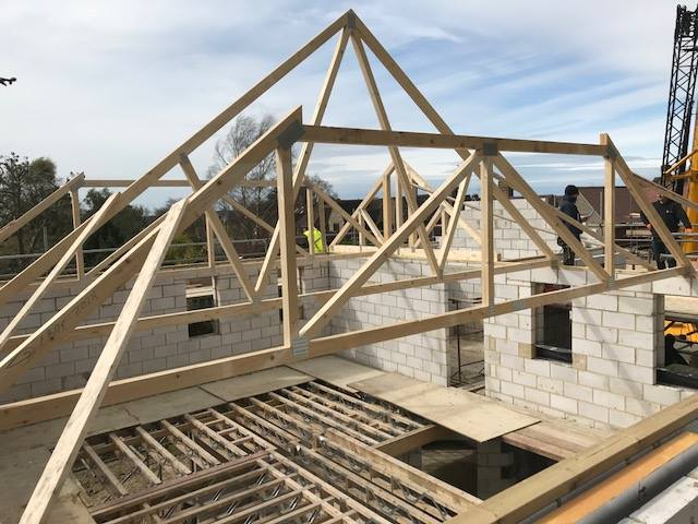 house-building-poppits-ardingly-roof-trusses-installed-2-640.jpg