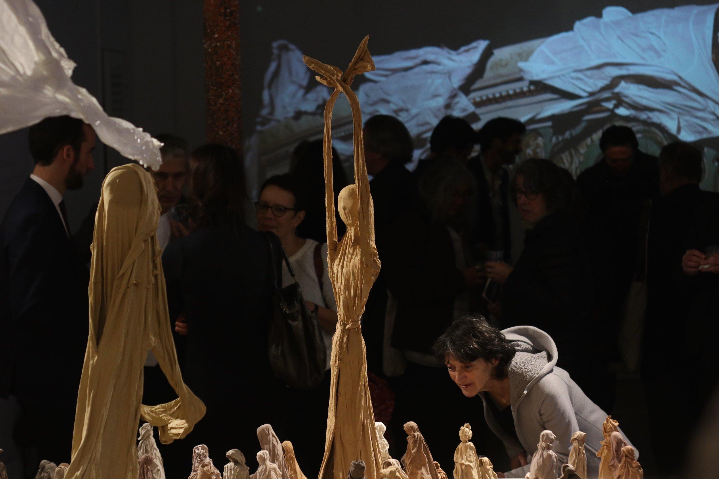 Soir de vernissage, Paris, Novembre 2018  Installation d'une foule et de saltimbanques : mouchoirs vêtements et terre