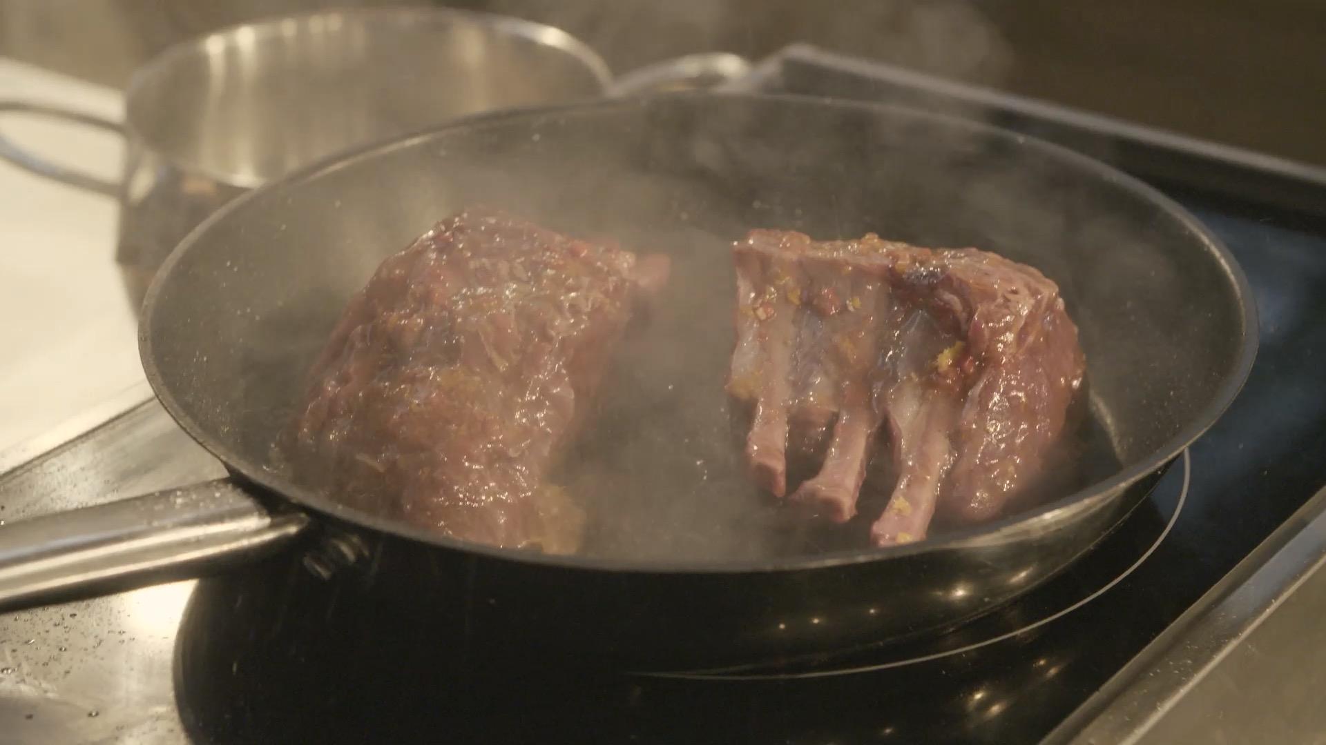 Voeg de BBQ saus, sriracha en bier samen in een kom. Rasp de gember, knoflook en mandarijn in de kom voeg nu de honing, peper en zout toe en roer de marinade goed door elkaar heen. Snijd het rack op het vet randje kruislings in en leeg deze in de kom of ovenschaal met marinade. Als je de tijd hebt kan je dit een dag van te voren doen en kan het anders zo een 3-4 uur lekker in de marinade laten liggen.  Als het zover is zet je een pan op middel hoog vuur, voeg je een beetje zonnebloem olie toe en bak het Hertenrack aan beide kanten aan tot hij mooi dicht geschroeid is. Nu haal je het rack uit de pan en laat het zo een 3-4 minuten rusten. De oven staat als het goed is al lekker te loeien op 180 graden, dan mag het rack in een oven schaal met de rest van de marinade zo een 7-8 minuten in, vervolgens haal je het er weer uit om even te laten rusten en dan geef je het nog 3-4 minuten in de oven. Leg een paar takjes Tijm op het vlees en dan heb je een super smaakvol stuk vlees om in jouw kerst menu te verwerken! Ik hoop dat jullie er van gaan genieten!   *Als het goed is blijft er nog wat marinade in de ovenschaal en zal het een beetje aangekoekt zijn. Doe hier nog een scheut bier bij. Roer even goed door de schaal en leg de schaal nog een paar minuutjes in de oven. Want hierdoor heb je nog een heerlijk sausje wat je er nog bij kunt serveren ;)  Recept uit de Allerhande: Langzaam gegaarde lamsrack met specerijenrub