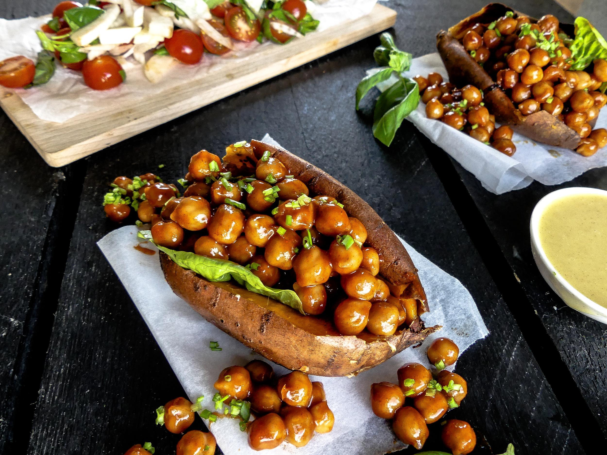 Gevulde zoete aardappel met pittge kikkererwten
