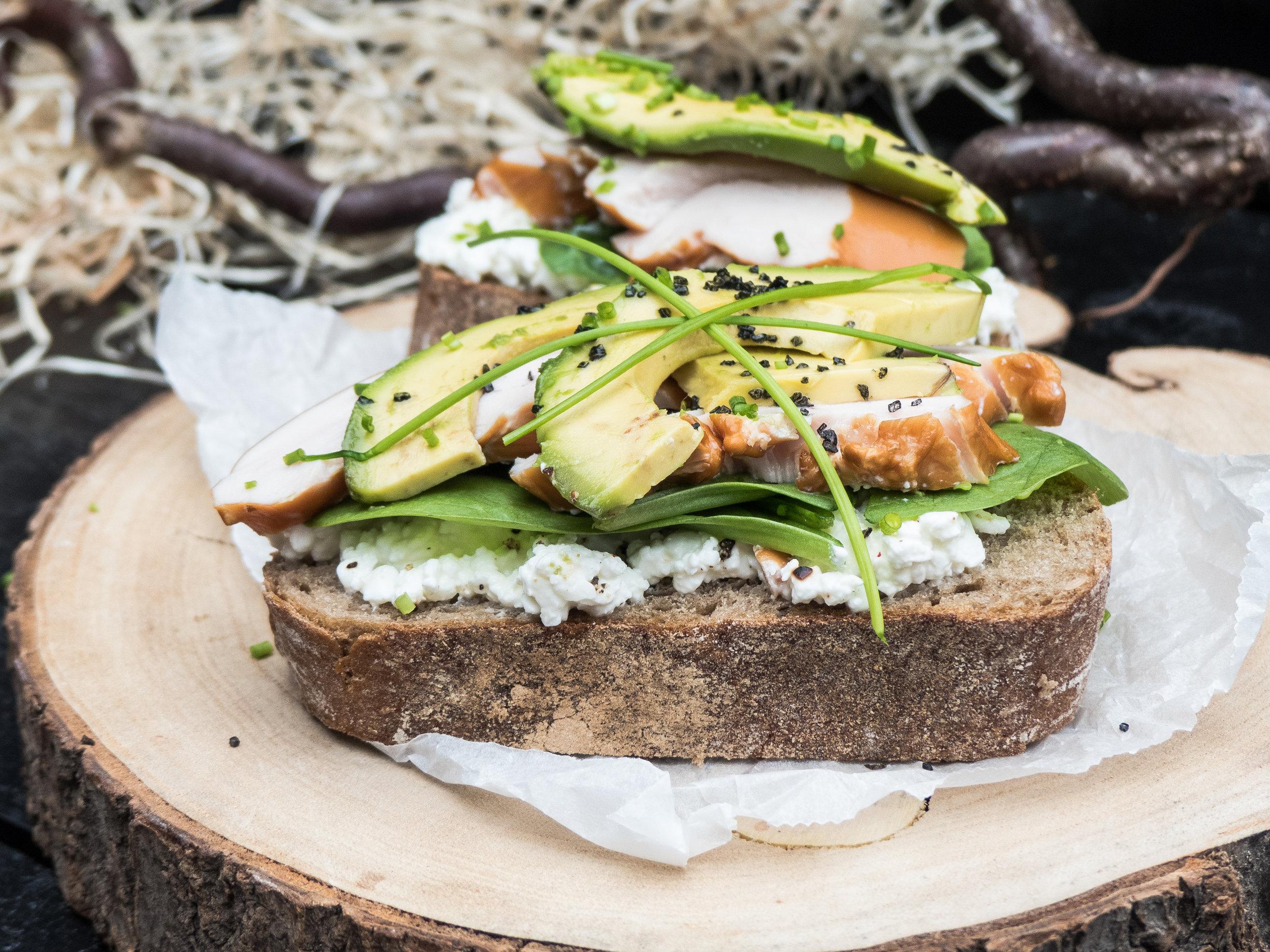 Gerookte kip, cottage cheese & avocado op landbrood21.jpg