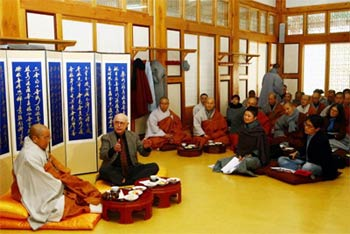 Paul Knitter in dialogue with Buddhists in Korea.