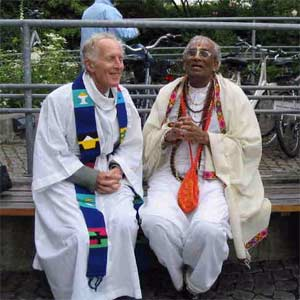 Rev. Braybrooke joins a Hindu friend before an interfaith service in London.