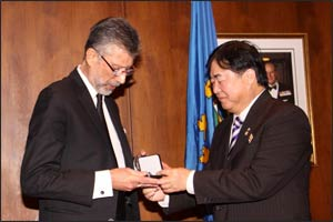 Dr. Redwan Moqbel receives award from Lieutenant Governor of Manitoba, Philip S. Lee. Photo: Keramat Momtazi