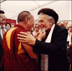 Rabbi Zalman and the Dalai Lama greet each other in 1997. – Photo: Foto de Vita
