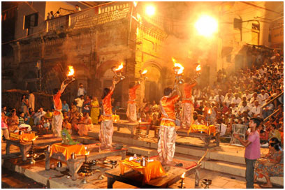 Ganga Arthi, a daily ritual, being celebrated at one of Varanasi's Ghats. – Photo:  smtt.com