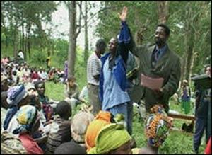 A Rwandan man testifying before a Gacaca court. – Photo: Wikipedia