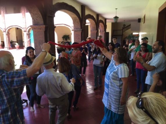 Al final de Conexión NAIN un conjunto mariachi apareció y la gente danzaba en los pasillos. Foto: TIO