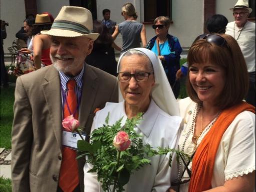 Larry Greenfield (al lado izquierdo), director ejecutivo del Parlamento Mundial de Religiones del Mundo; Hermana xxx del convento que acogió a NAIN en Guadalajara; y Gabriela Franco Valtierta, que dirigió el equipo planificador de Carpe Diem Fundación, el cual fue co-patrocinador de la conferencia. Foto: TIO