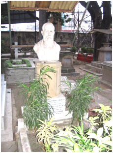 The bust of C. F. Andrews over his grave, in the Calcutta Christian Cemetery – Photo: Wikipedia, Grentidez