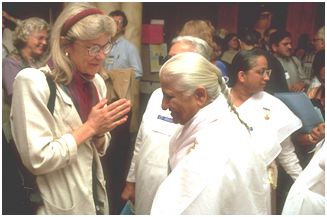 Professor Diana Eck of the Pluralism Project at Harvard University greets Dadi Prakashmani of the Brahma Kumaris at the 1993 Parliament. – Photo: CPWR