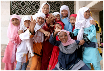 Muslim girls pose for the camera in front of the Istiqlal Mosque in Jakarta – Photo: Wikimedia Commons, Henrik Hansson