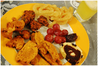 Iftar is the evening meal when the Ramadan fast is broken each night. This plate of delectable treats is from a Bangladeshi iftar. – Photo: Wikimedia, Raasiel