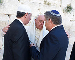 Pope Francis embraces Sheik Omar Abboud and Rabbi Skorka at the Western Wall in Jerusalem – Photo: AFP PHOTO / Osservatore Romano