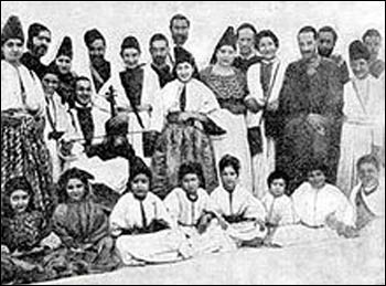 A group of Sephardic Jews in Fez, Morocco, c. 1900 – Photo: Wikipedia