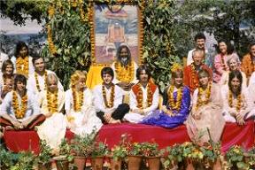 The Beatles with the Maharishi Mahesh Yogi in Rishikesh, India – Photo: Wikipedia, Paul Saltzman