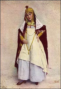 An Algerian woman pictured in a 1917 issue of National Geographic Magazine. – Photo: Wikipedia