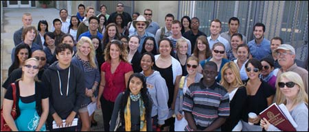 A collaborative interfaith group gathers at the USC Office of Religious Life for a community project. – Photo: USC.edu