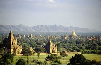 Buddhist pagodas and temples dot the landscape of the Pangan Kingdom of ancient Burma. – Photo: Wikipedia