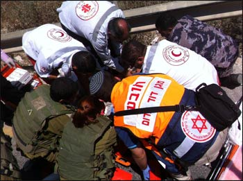 Israeli and Palestinian medics work together to save a life. – Photo: PopChassid