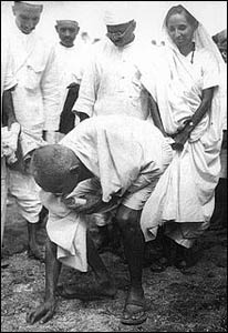 Gandhi picking up salt from a beach in south India during the Salt March in 1930, a nonviolent tax resistance action against the British. – Photo: Wikipedia