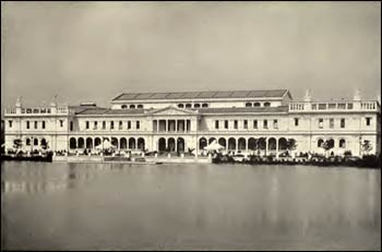 The Women's Building at the World's Columbian Exposition was the site of the World's Congress of Representative Women, held in May, 1893. Four months later the World's Parliament of Religions used the building. Today it is the home of the Chicago Art Institute. – Photo: Wikipedia