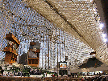 By the numbers, actually, Wikimedia suggests that 'megachurches' can seat 2000 or more, like this sanctuary, once the Crystal Cathedral, today named Christ Cathedral by its new Catholic owners. – Photo: Wikipedia
