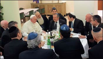 Pope Francis hosts a kosher lunch at the Vatican for Argentine Jewish leaders. – Photo: World Jewish Congress