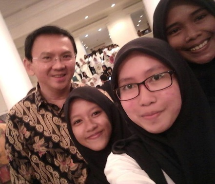 Basuki Tjahaja Purnama, the governor of Jakarta, photographed with Muslim students – Photo: Wikimedia,    Alisabanaok, Cc.3.0