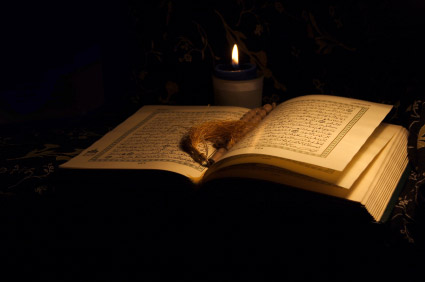 Reading from the Quran is a typical practice on Laylat-al-qadr. – Photo:  Wikimedia, Cc.3.0