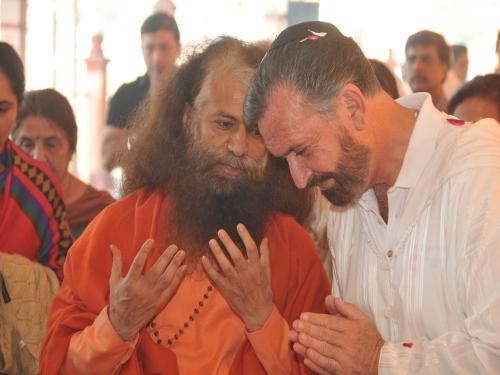 David and Pujya Swami Chidanand Saraswati at the 60th Jayanti year celebrations in Parmarth Niketan, Rishikesh, India – Photo:    RDR