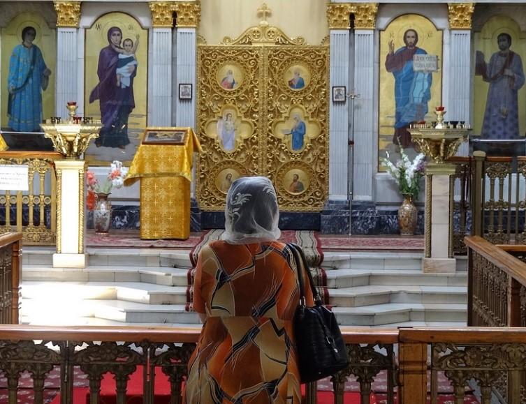 Woman in Eastern Orthodox Church, Tashkent, Uzbekistan – Photo:    Adam Jones, C.c. 2.0 sa
