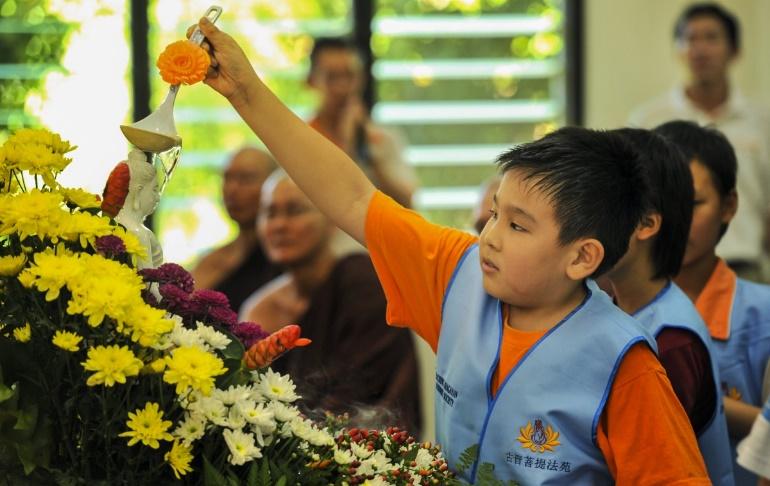Child participating in Buddhist ritual – Photo:    pxhere