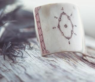 Det vackra renhornet skiftar från vitt till grått.Ursprunget är från den lappländska renen. Finns som armband, örhängen, ringar och annat. I många modeller och med eller utan gravering.
