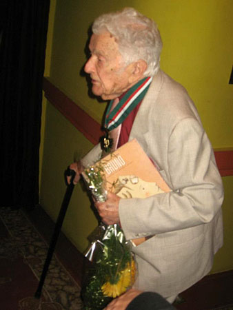 Alfred Schreyer, the last living student of Bruno Schultz, holding our book