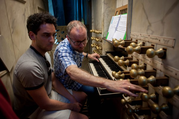 Henk Verhoef sets up a registration for Gianmarco at Die Niewe Kerk.