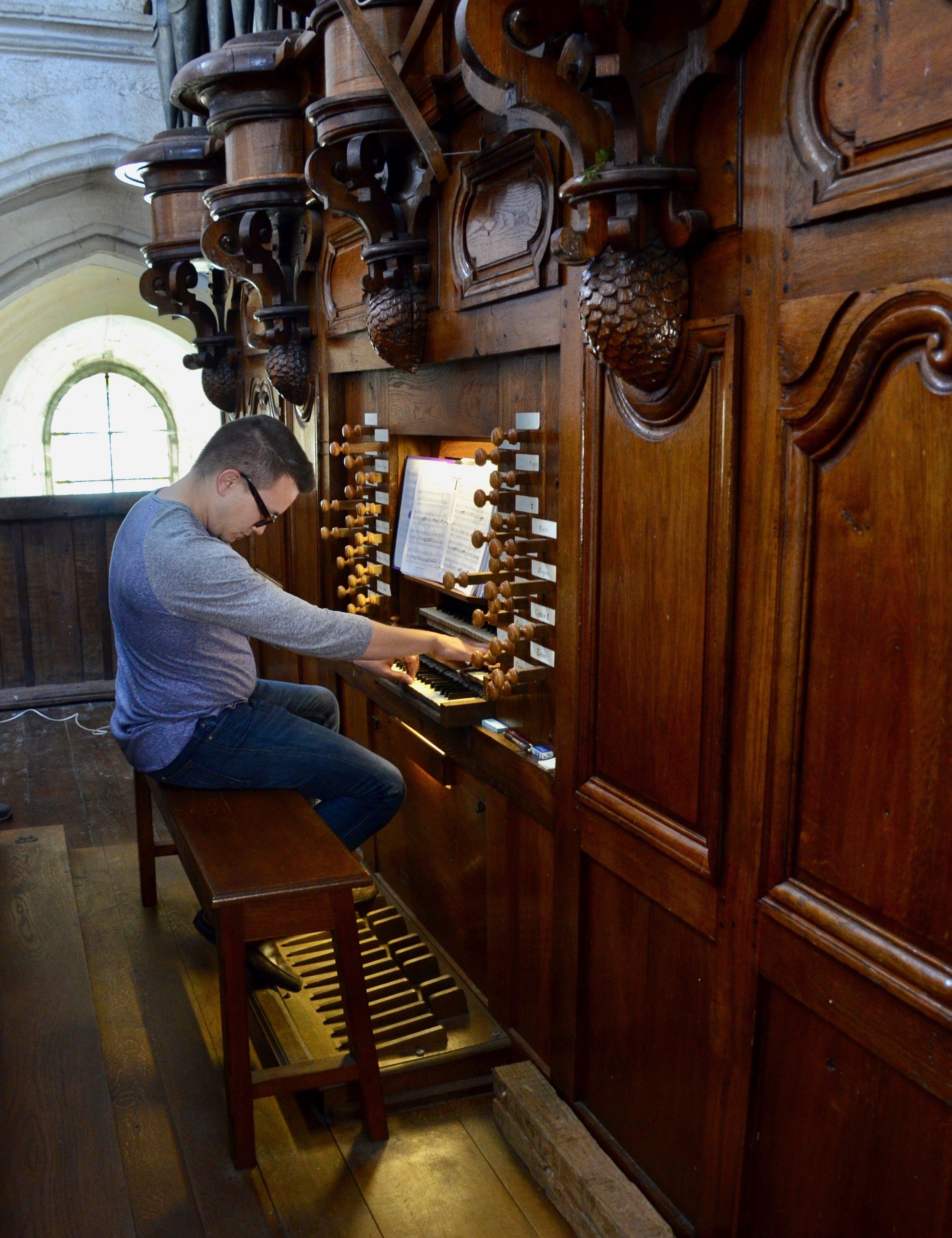 Corey de Tar plays the organ at Rozay-en-Brie!