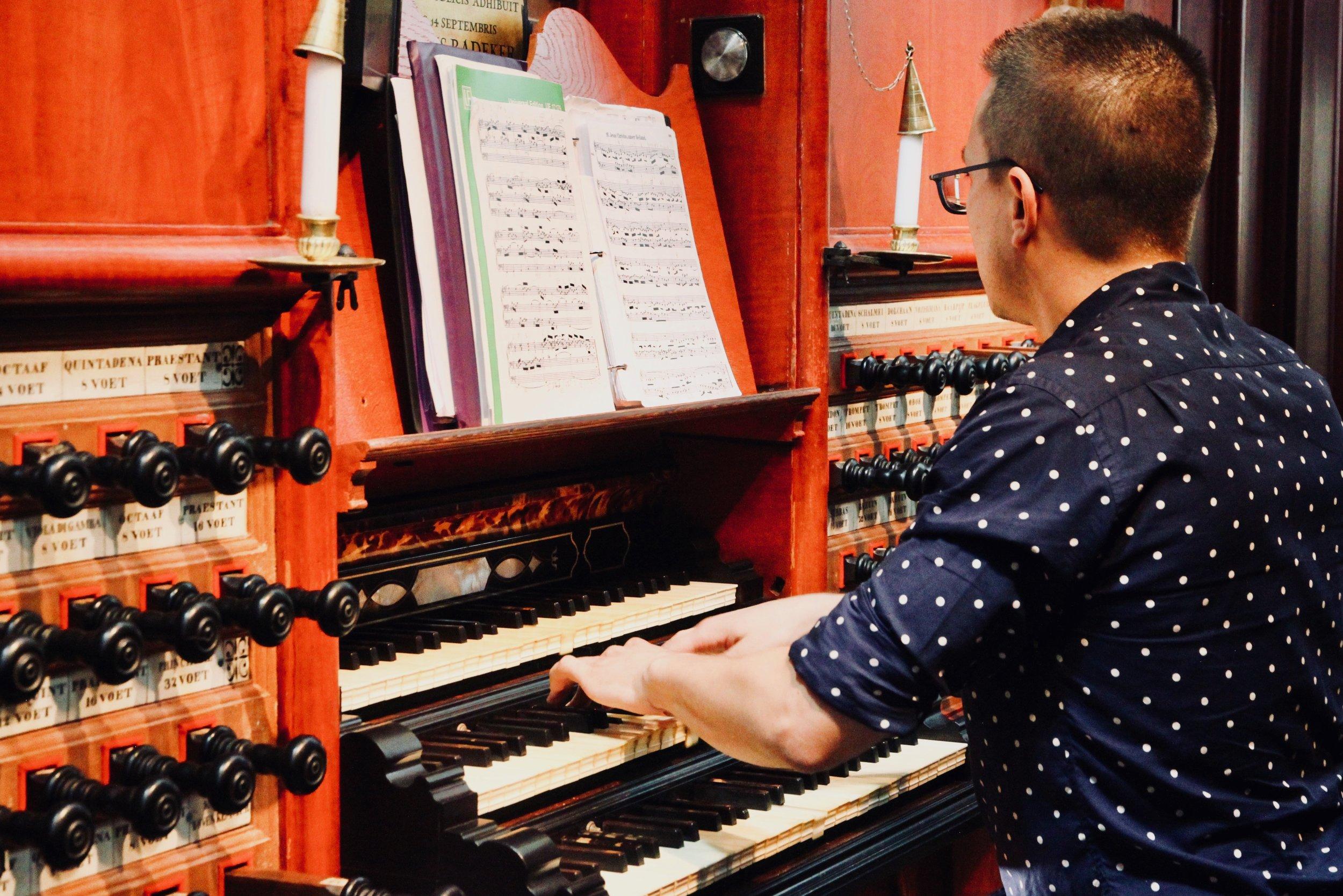 Corey De Tar plays the Muller organ in St-Bavo, Haarlem. Boston Organ Studio.