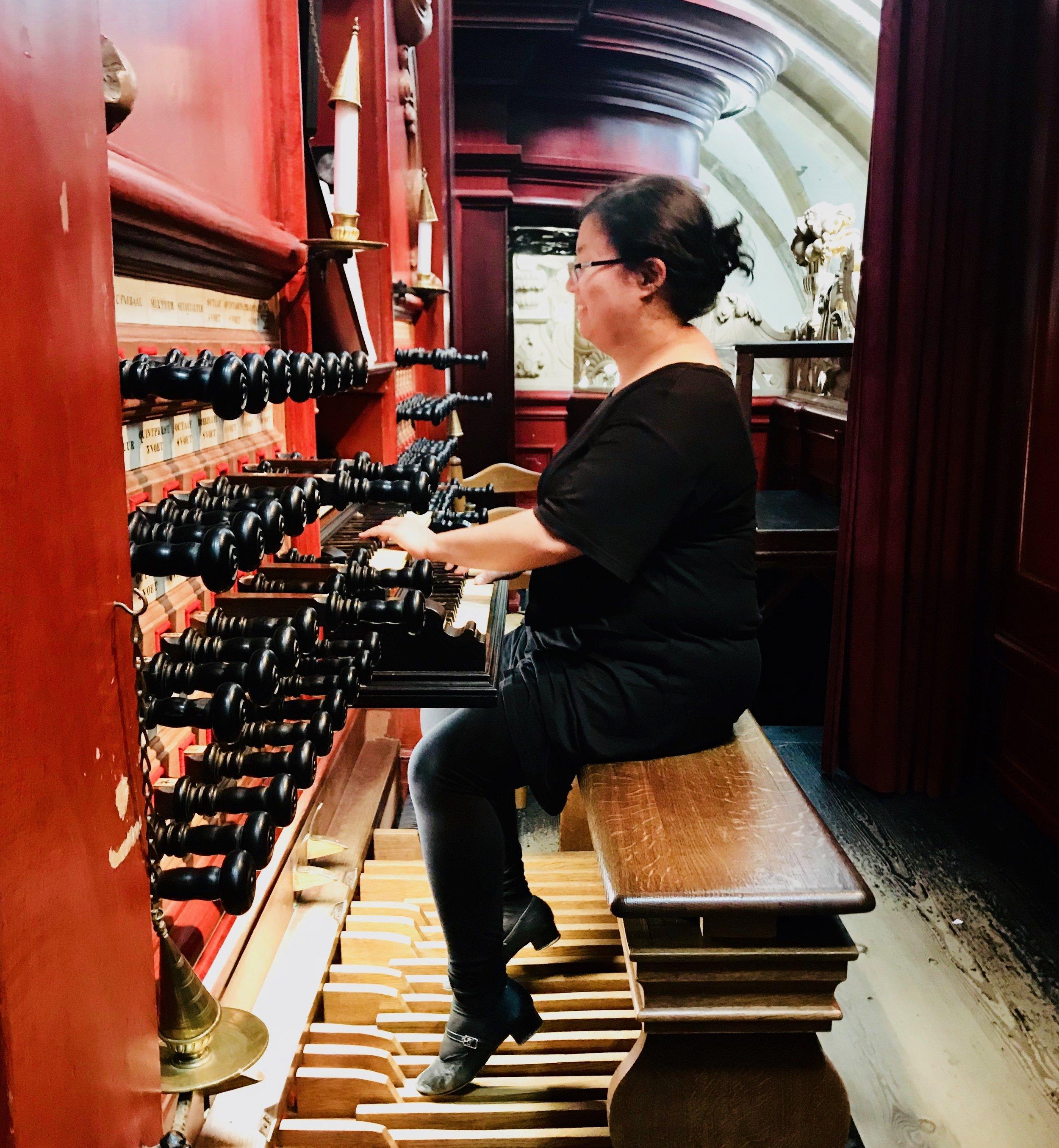 Jennifer Hsiao plays the Muller organ in St-Bavo, Haarlem.