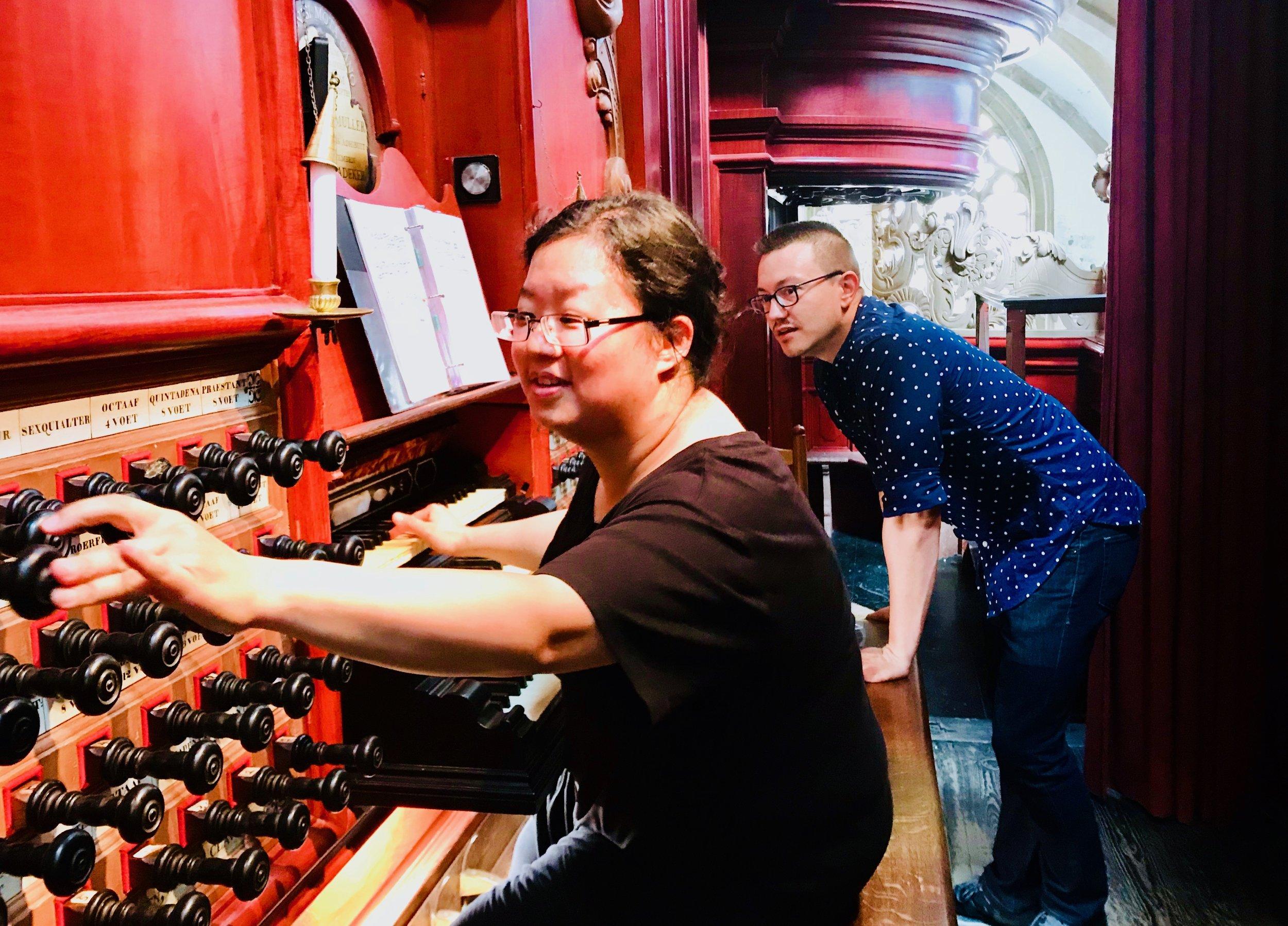 Corey De Tar assists Jennifer Hsiao at the Muller organ in St-Bavo, Haarlem.