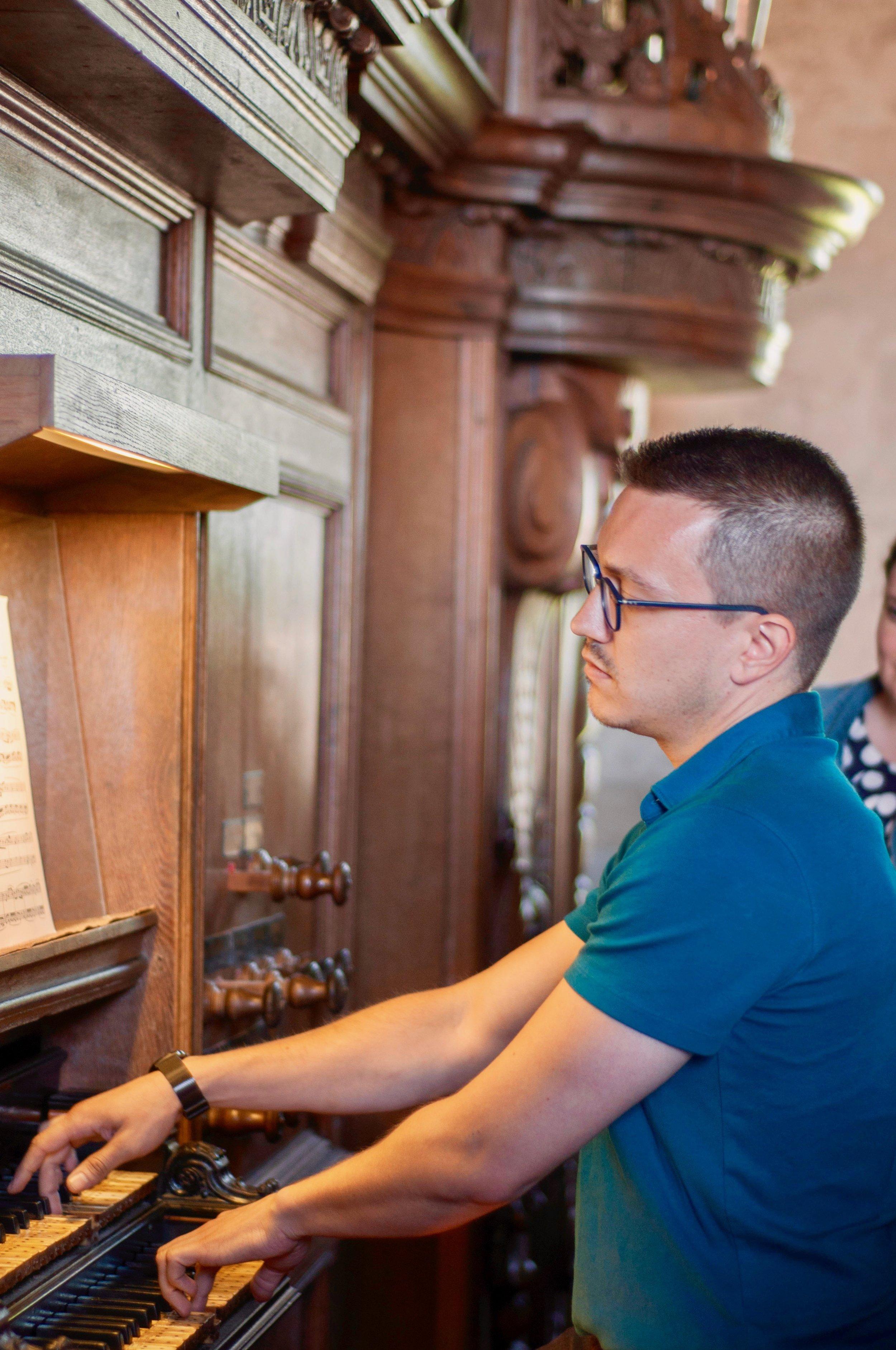 Corey De Tar plays the 1733 Hinsz organ in Leens, Holland.