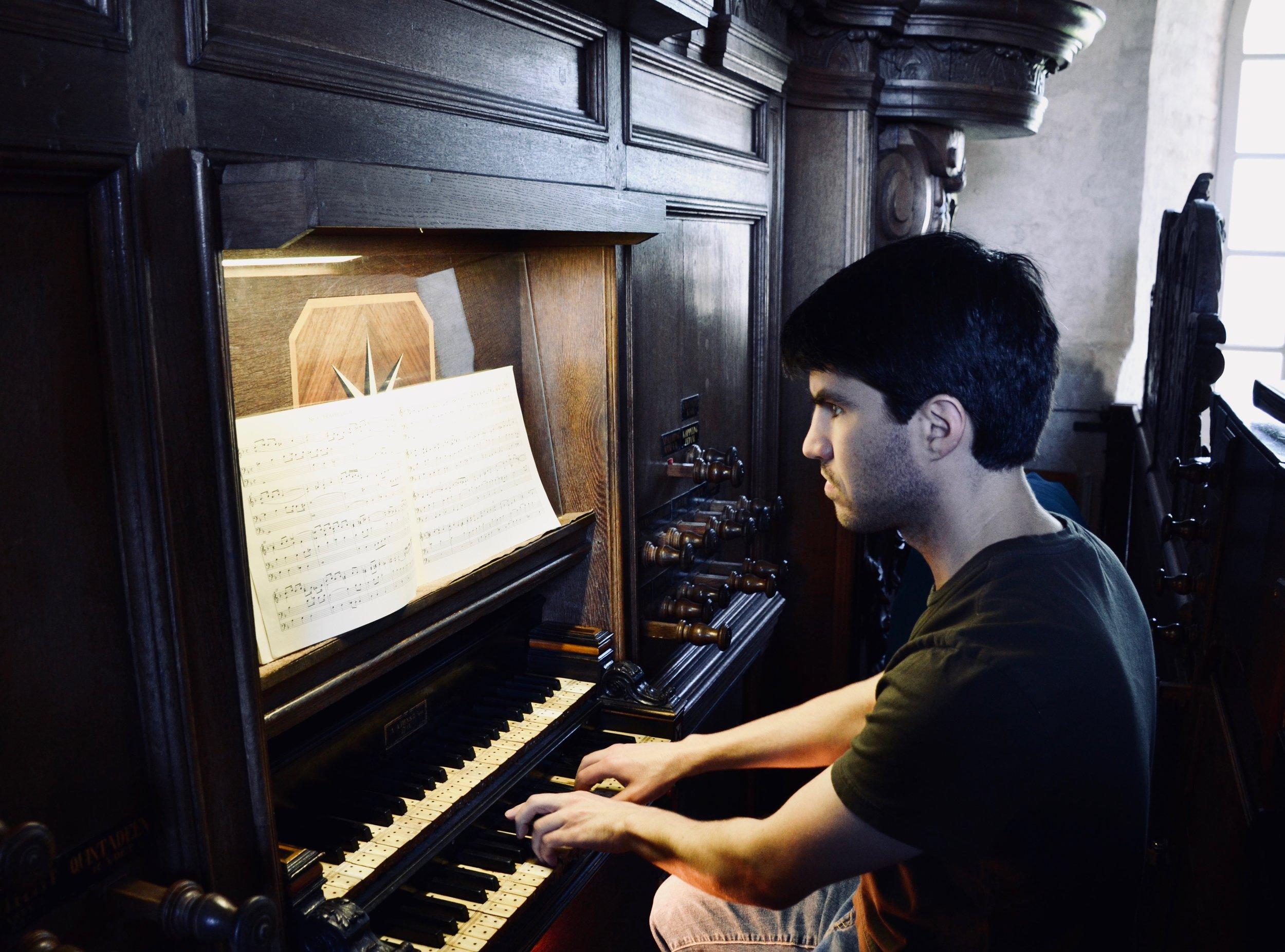 Brandon Santini plays the 1733 Hinsz organ, Leens, Holland.