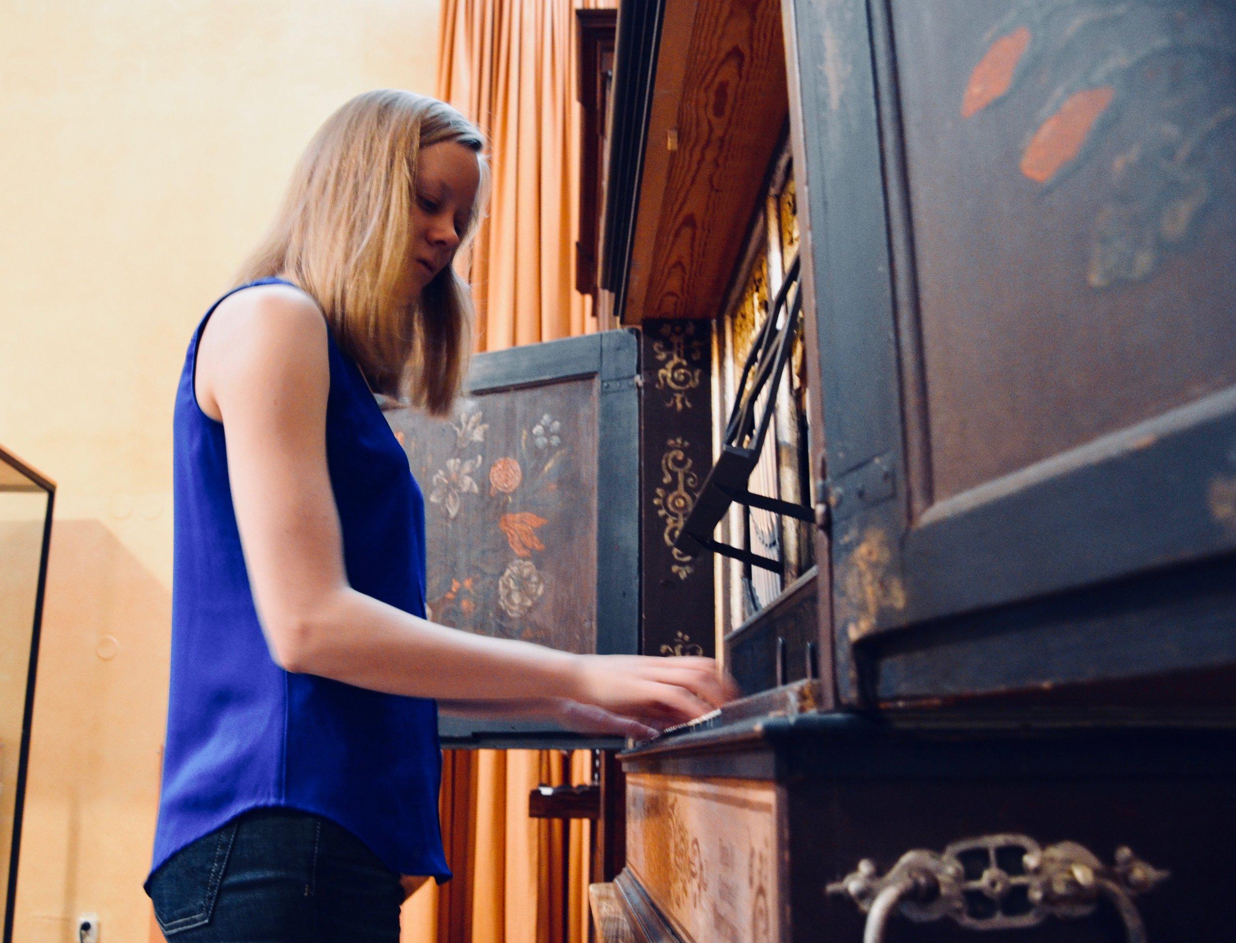 Laura Gullett plays the Manderscheidt organ in Göteborg University.