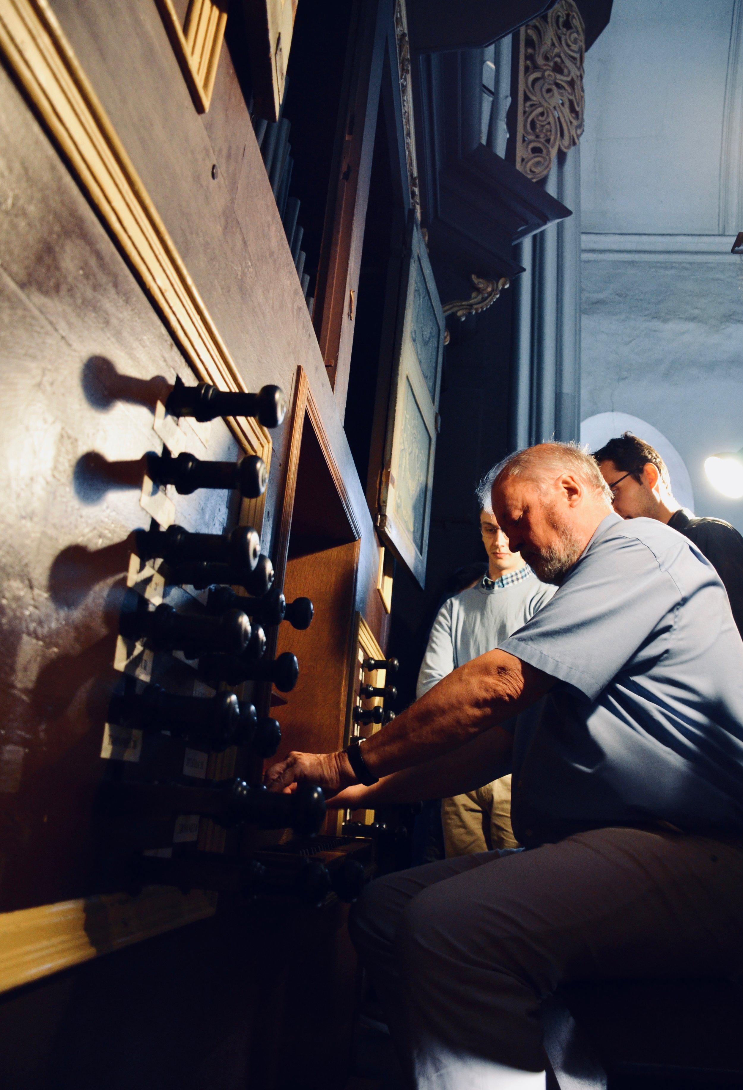 Prof. Martin Böcker demonstrates the 1669–73 Huß/Schnitger organ in St. Cosmæ, Stade. Boston Organ Studio.