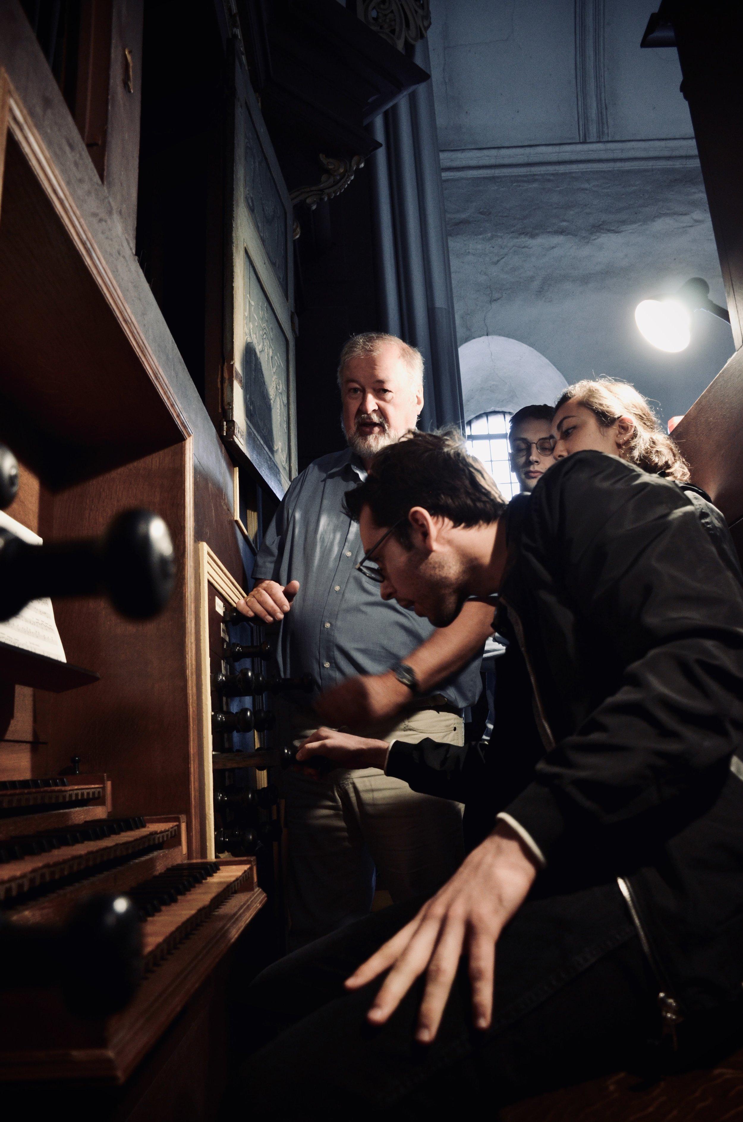 Nick Capozzoli plays the 1669–73 Huß/Schnitger organ in St. Cosmæ, Stade. Boston Organ Studio.